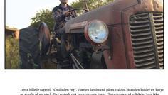 """Rasmus Riis - Dette billede taget til """"Cool uden røg"""", viser en landmand på en traktor. Manden holder en høtyv og er ude på en mark. Der er godt nok bygninger og træer i baggrunden, så måske er han ikke helt så langt fra sit hjem. Landmanden er cool, fordi at han laver mad til alle andre. Han er udenfor og bruger sine hænder, mens de fleste andre jobs foregår indenfor. Cool-heden kommer fra, at det er hans ansvar at lægge mad på tallerknen for mange tusinde mennesker."""