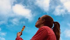 Sophia Assing - Mange unge har den opfattelse, at det er cool at ryge. Hvorfor? Dette billede skal give et godt indblik i, hvad jeg synes er cool, nemlig det at turde skille sig ud, at have sin egen mening, selvom det kan være svært som ung. Filurisen i billedet skal symbolisere det at være cool eller kølig. Ligesom solbrillerne, som ofte kan opfattes som cool. Skyerne på himlen symboliserer røgen, samt det himmelske, som man har mulighed for at opleve, hvis man tør at skille sig ud.