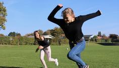 Line, Julie og Rikke - Billedet viser to piger, der løber. Personen, der er forrest på billedet, har aldrig røget, så derfor har hun bedre kondition. Hende bagerst på billedet har røget og løber derfor langsomt. Det er cool at vinde - så STOP med at ryge!