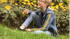 """Billede af: Ellen, Anders og Isabella - i har valgt at tage dette billede fordi at de symboliserer glæde, da pigen griner. Vi har valgt en gul baggrund fordi gul symboliserer glæde, intelligens og optimisme. """"Alle vil gerne være specielle, men ingen vil skille sig ud""""."""