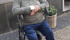 Shania Skovgaard Dinesen, Oliver Lang Røgild, Ida Christensen Hald - Han ryger ikke, han sidder bare og slapper af uden en smøg i hånden.