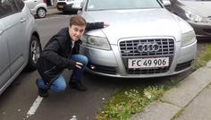 Jakob - Han står ved en Audi