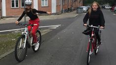 """Jonas Boye Østergaard, Emily Clemens & Signe Ulstrup. - Det cool at cykle med cykelhjelm, og personen der peger på personen der cykler uden cykel hjelm, skal vises at det overhovedet ikke er cool at cykle uden. De ved nok godt at det er pisse farligt at ryge, men de tænker nok bare """"jamen det ødelægger min frisure, og jeg falder heller bare ikke, eller bliver kørt ned"""""""