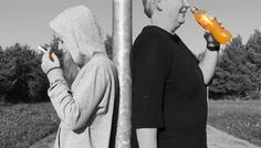 Liva Christensen og Frida Holmskov - Den voksne på billede er en lærer der har røget, men er stoppet for 8 år siden. Det synes vi er cool.