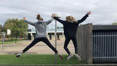 Clara, Freya, Lærke og Katrine. - De to piger på billedet hopper sammen og føler sig fri. Det synes vi er cool.