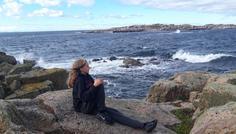 Viola - Carl er cool hele dagen. Han bor på Christiansø og her sker ikke meget. Men han kan li' at være på de rå klipper og se på de voldsomme bølger. Om sommeren bader han meget mellem klipperne, men om efteråret bliver han rusket igennem af vilde vinde. Herude kan han tænke over livet og være sig selv.