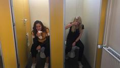 Julie og Cecilie - Det er cool, fordi der er et fællesskab i at sidde og snakke imens man sidder på toilettet.