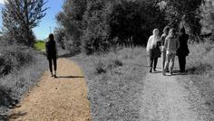 Lya & Ditte - Du vælger selv hvilken vej du går! Pigen til venstre vælger at gå sin egen vej og gøre hvad hun selv mener er rigtig, i stedet for at gøre hvad alle andre gør. Derfor er hun cool!