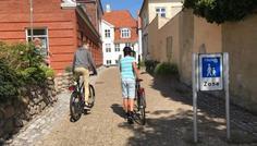 Elias, Simon, Adam, Jonatan, Thor og Victor - Personen med cykelhjelmen er cool fordi han går i gågaden og fordi han han cykler med cykelhjelm men han er ligeglad med hvad andre tænker.
