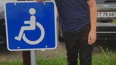 Azaan har taget billedet ( Marcus H og Marcus Æ) - Personen på billedet er cool fordi man viser at handicappede er coolere end ryger.