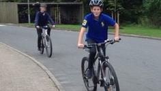 Simon D og gruppe - Det er cool at cykle sammen med sine venner. Så er man aktiv og social på samme tid. Derudover er det vigtig at huske cykelhjelmen, så man er sikker i trafikken.