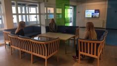Maria V og gruppe - Vi har valgt det her sted fordi vi synes det er et hyggeligt sted, at sidde med sine venner. Man sidder rundt om et bord og snakker med hinanden om alle mulige forskellige ting. Der kommer folk fra andre klasser som man også kan lære at kende