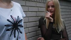 Patrick, Frederik, Clara, Filippa og Asger B. - Personen med en knæk cancer t-shirt er den cool, fordi personen ikke ryger og støtter op om et godt formål. Rygeren kigger tankevækkende op på den cool person 'skal jeg stoppe med at ryge?' Rygeren er mindst. Det skal symbolisere at personen har dårligt selvværd og er det svageste led i flokken.