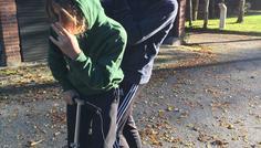 Simon og Mathias Hammerum Friskole - Billedet illustrerer to friske drenge, der kører på løbehjul. Den bagerste har noget i munden. Dette illustrere et stykke slik, og med det vil vi fortælle, at man godt kan have andet i munden og og være sej. Det er slet ikke sejt at ryge.