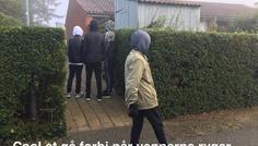 Tobias, Oskar, Linus og Mathias - Cool at gå forbi vennerne nå de ryger.