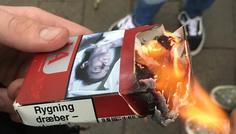 Jeppe, Benjamin og Kasper - Fordi han brænder pakken istedet for at ryge indholdet.
