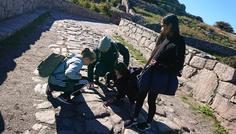 Noa, Liv, Nadia - Det er cool at være detajleorienteret.. Eleverne samt en lærer udforsker stenens mønstre for at fastsætte typen